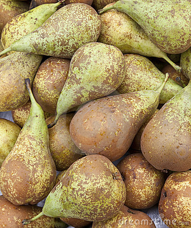Pears on a market stall