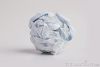 Pedaço de papel firmemente amarrotado