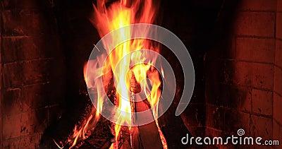 Pedaços de madeira queimados e brilhantes em Fireplace filme