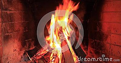 Pedaços de madeira queimados e brilhantes em Fireplace video estoque