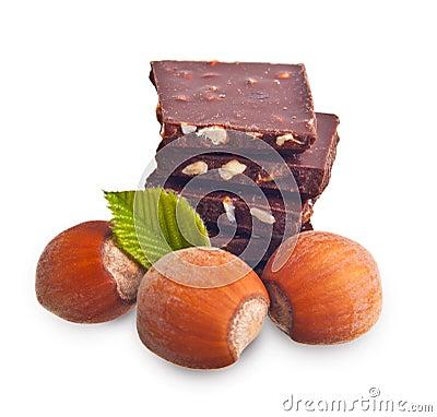 Pedazos del chocolate con las avellanas