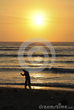 Pedra de jogo da criança no oceano