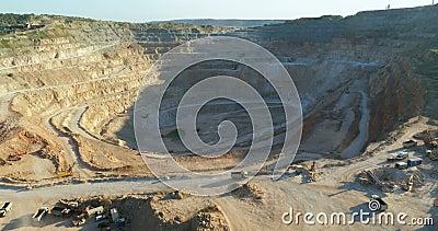 Pedreira da mineração Opencast com o omachinery dos lotes no trabalho video estoque