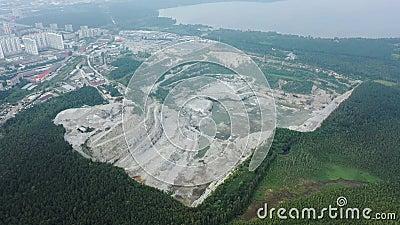 Pedreira de extração a céu aberto com máquinas Quarração de pedras para obras de construção Indústria extrativa na pedreira vídeos de arquivo