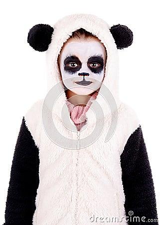 Petite fille peinte en tant quours panda disolement dans le blanc.