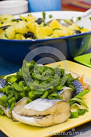 Peixes e batatas fritados