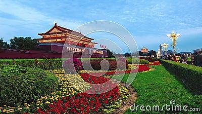 Peking Kina-Oktober 6, 2014: Från dag till natten på den Tiananmen fyrkanten i Peking Kina