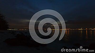 Película ultra alta del lapso de tiempo de la definición 4k de nubes y del río móviles de la puesta del sol en noche en Punggol e almacen de video
