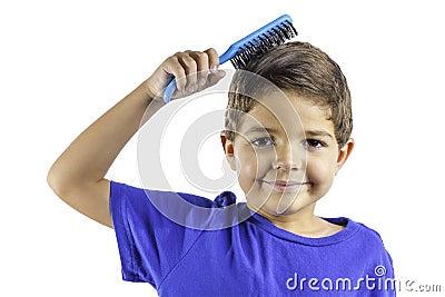 Pelo de cepillado del niño