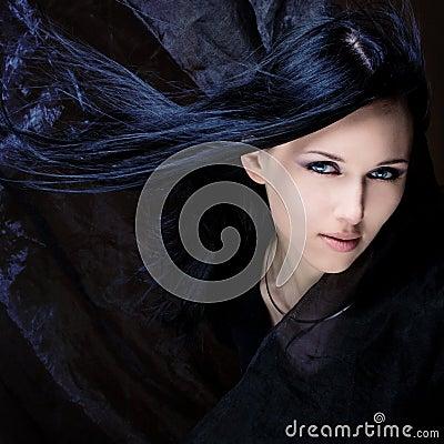 Pelo negro y ojos azules