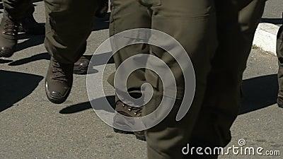 Pelotão de homens nos uniformes que andam ao longo da rua, protetor em mudança na beira de estado vídeos de arquivo