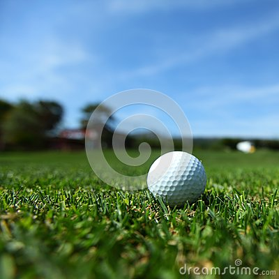 Pelota de golf en curso