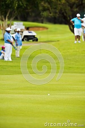 Pelota de golf en espacio abierto