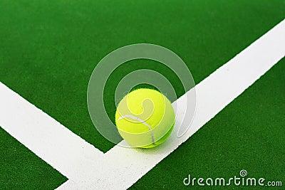 Pelota de tenis en la línea blanca
