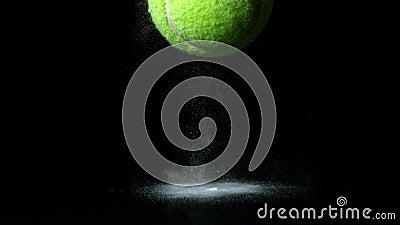 Pelota de tenis que cae en fondo negro metrajes