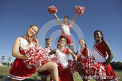 Pelotón Cheerleading en la formación en campo
