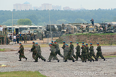 Pelotão dos paramilitares no movimento Fotografia Editorial
