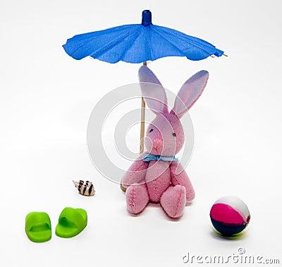 Peluche do coelho de coelho na praia