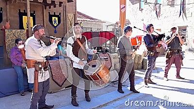 Penedono, Portugal - 20170701 - Middeleeuwse Markt - de Trommel en de Pijp Corp beginnen w - Geluid stock footage