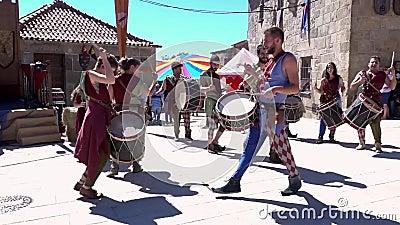 Penedono, Portugal - 20170701 - Middeleeuwse Markt - Trommel Corp danst w - Geluid stock videobeelden