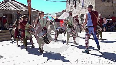 Penedono, Portugal - 20170701 - Middeleeuwse Markt - trommel Corp Snel w - Geluid stock videobeelden