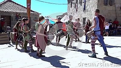 Penedono, Portugal - 20170701 - Middeleeuwse Markt - trommel Corp w - Geluid stock footage