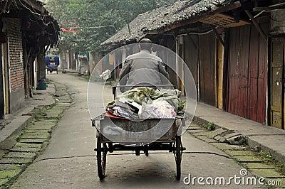 Pengzhou, Chine : Homme dans le chariot de bicyclette sur Hua Lu Image stock éditorial
