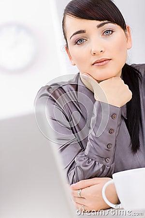 Pensamento da mulher de negócios