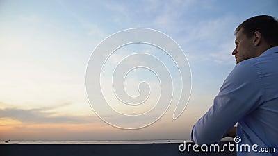 Pensiv kaukasischer Mann, der von der Terrasse aus den Himmel genießt und über das Leben nachdenkt stock video