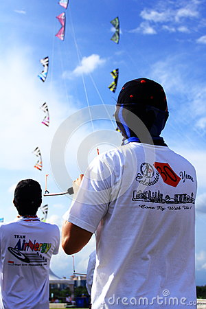 Free People Flying Kites Stock Photography - 32442742