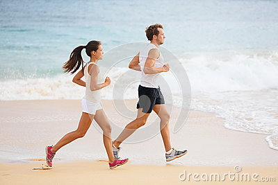 People running - runner couple on beach run