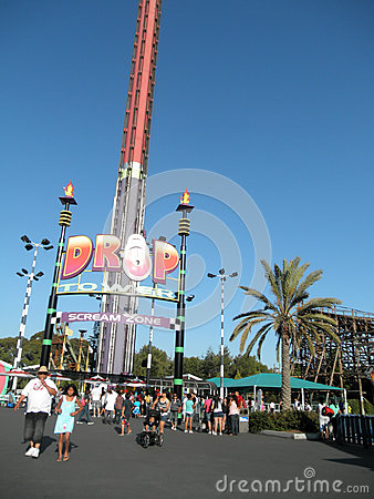 Free People Wait In Line For Drop Tower Scream Zone At Great America Stock Photo - 72241530
