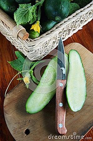 Pepino fresco del corte en la tabla de cortar de madera