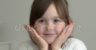 Pequeña niña linda parada en casa mirando la cámara con una sonrisa agradable almacen de video