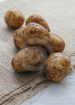 Pequeñas nuevas patatas frescas