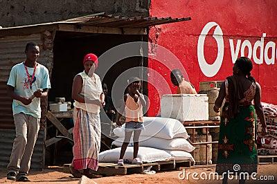 Pequeño almacén en Mozambique Foto editorial