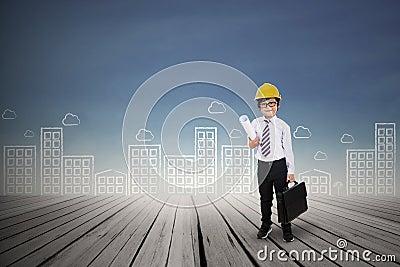 Pequeño arquitecto que sostiene el bolso al aire libre