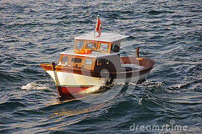 Pequeño barco de pesca en el mar de Mármara