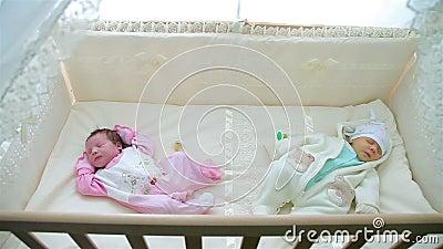 Pequeño bebé dos que duerme en cochecito almacen de video