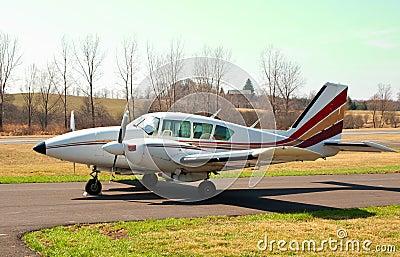 Pequeños aviones en el campo de aviación rural privado