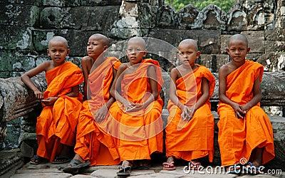 Pequeños monjes en Camboya Foto de archivo editorial