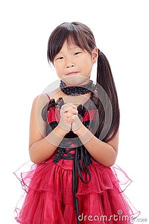 Pequeña muchacha asiática que ruega