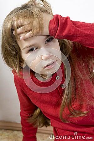 Pequeña muchacha enferma triste y sola