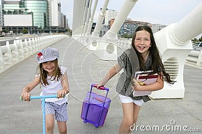 Pequeñas muchachas del estudiante que van a la escuela en ciudad