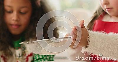 Pequena garota assando farinha filme