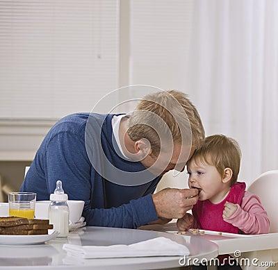 Pequeno almoço de alimentação da filha do paizinho