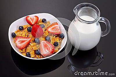 Pequeno almoço saudável com os flocos e leite fruity de milho