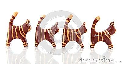 Pequeños gatos de madera