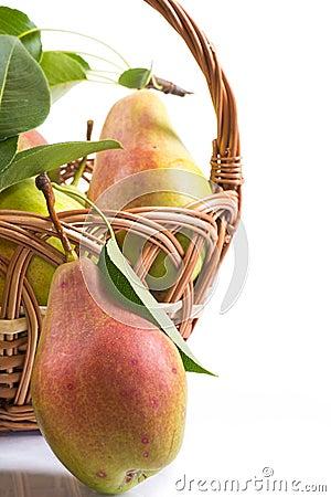 Peras maduras em uma cesta