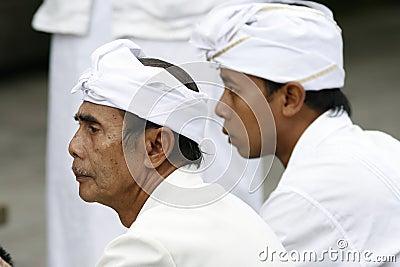 Peregrinos hindúes al templo de Tirta Empul del Balinese Foto editorial